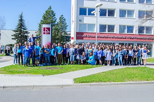 Modrá barva rozzářila naši školu