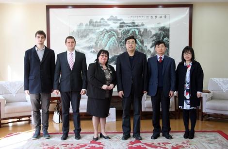 První čínský profesor se chystá k nástupu na VŠTE. Její první student zase na ukončení svého studia v Pekingu