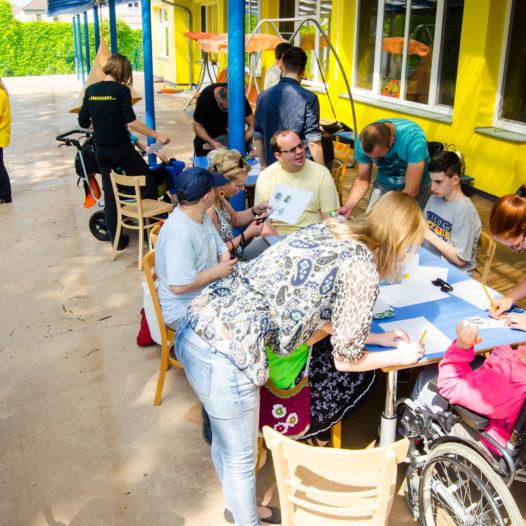 Plackování zpestřilo den handicapovaným dětem v Bazalce. Studenti pak vyslovili obdiv nelehké práci pečovatelů
