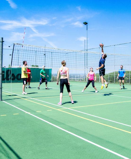 Stavíme pro studenty hřiště na míčové sporty