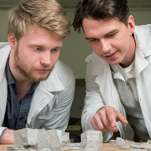 Mezigenerační projekt řeší, jak propojit mladé a starší stavbaře